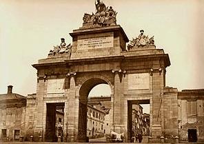 Fotografía de la puerta de toledo y la cerca de Madrid